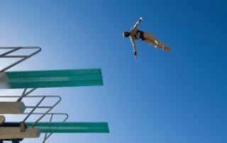 Mann springt vom 10 Meter Turm