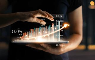 IFP Integrierte Finanzplanung eine Person mit Daten und Zahlen